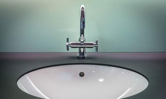 Montaż umywalki i baterii podtynkowej w stylu profesjonalnego hydraulika