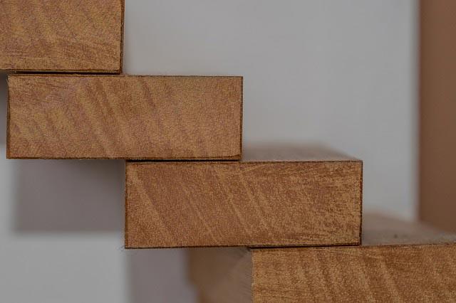 Montaż schodów drewnianych – jak wykonać go szybko i skutecznie?