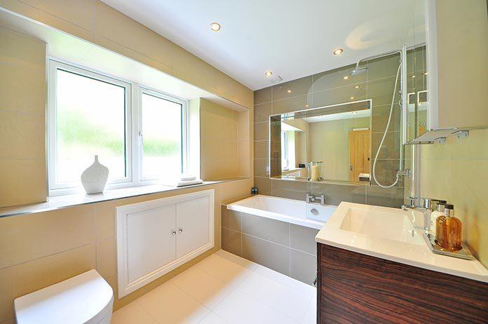 Deszczownica, płytki heksagonalne i 3 inne pomysły na nowoczesną aranżację łazienki
