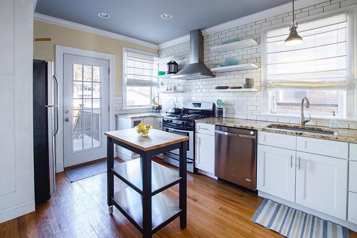 Wybór blatu kuchennego – drewniany, laminowany czy z kamienia?