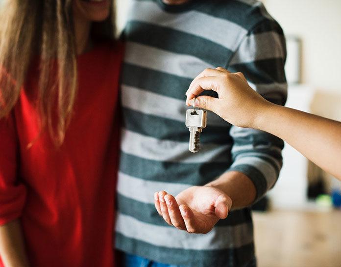 Dlaczego warto współpracować z biurem nieruchomości przy zakupie mieszkania?