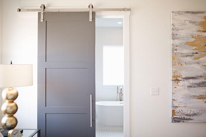Drzwi wewnętrzne w małym mieszkaniu. Jakie drzwi montować w kawalerkach?