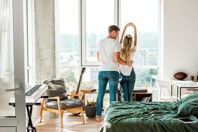 Jak zaaranżować duże okna w mieszkaniu?
