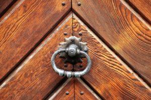 Drewniane elementy elewacji budynku, które można wykonać samodzielnie