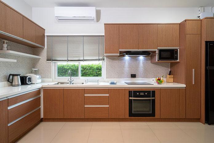 Fronty meblowe bez uchwytów jako sposób na nowoczesny wygląd kuchni