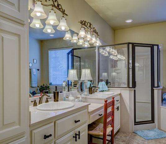 Kinkiety do oświetlenia lustra w łazience