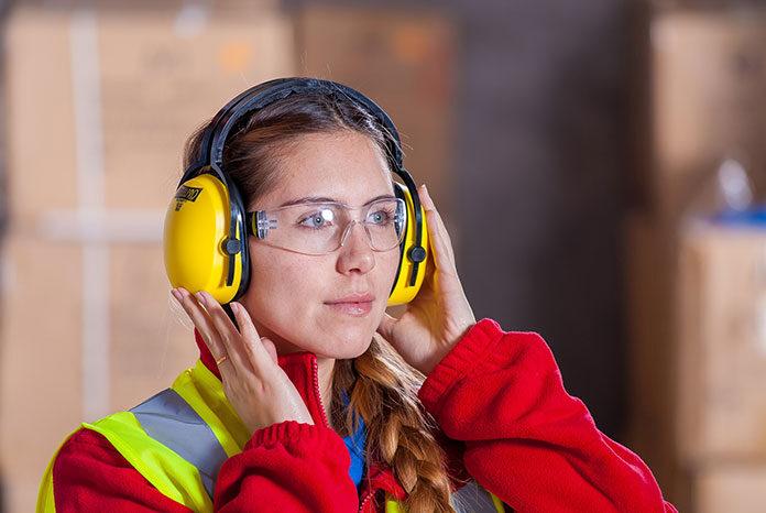 Ludzkie ucho jest bardzo wrażliwe na dźwięki - bardziej, niż wielu z nas zdaje sobie z tego sprawę. Ludzie często jednak o tym nie myślą i zamiast chronić swój słuch, sami narażają go na szwank, co później owocuje jego pogorszeniem. W jakich sytuacjach i jak go zatem chronić? Zrezygnuj z tego, co naraża twój słuch W pierwszej kolejności powinieneś zrobić wszystko, co w twojej mocy, aby ochronić swój słuch poprzez unikanie nieodpowiednich dźwięków. Nieodpowiednich - oznacza zazwyczaj zbyt głośnych. Dlatego kiedy słuchasz muzyki, zadbaj o to, aby nie była nastawiona na pełen regulator i nie huczała z głośników lub słuchawek. Jest to szczególnie ważne, jeśli słuchasz muzyki w słuchawkach wkładanych do ucha, które nadają dźwięki bezpośrednio do wnętrza uszu. Słuchanie muzyki zbyt głośno w takim typie słuchawek może bowiem szybko doprowadzić do pogorszenia tego zmysłu. Unikaj także miejsc, w których natężenie dźwięków jest zbyt wysokie. O ile możesz, nie zbliżaj się do pracujących urządzeń, takich jak choćby kosiarka, nie przebywaj także w hałaśliwym otoczeniu. Zwróć uwagę na to, aby unikać na przykład koncertów, które mogą poważnie nadwyrężyć twoje zmysły. Chroń swoje uszy za pomocą środków ochrony Jeśli nie masz wyboru i musisz przebywać w otoczeniu, w którym jest duże natężenie hałasu (na przykład dlatego, że w nim pracujesz), postaraj się przynajmniej, aby jak najmniej docierało go do twoich uszu. W tym celu wykorzystaj środki ochronne takie jak dźwiękoszczelne słuchawki oraz stopery do uszu. Takie środki zabezpieczające powinny znajdować się w każdej firmie, w której pracownicy narażeni są na hałas. Jednorazowe stopery do uszu zazwyczaj wykonane są ze specjalnej pianki, która bardzo dobrze przylega do ucha, a jednocześnie jest komfortowa podczas długotrwałego noszenia. Miękka i przyjemna zapewnia, że osoby chroniące z jej pomocą uszy nie będą narzekały na dyskomfort czy ból. Piankowe stopery do uszu są jednocześnie bardzo skuteczne, gdyż doskonale tłumią dźwięki. Mo